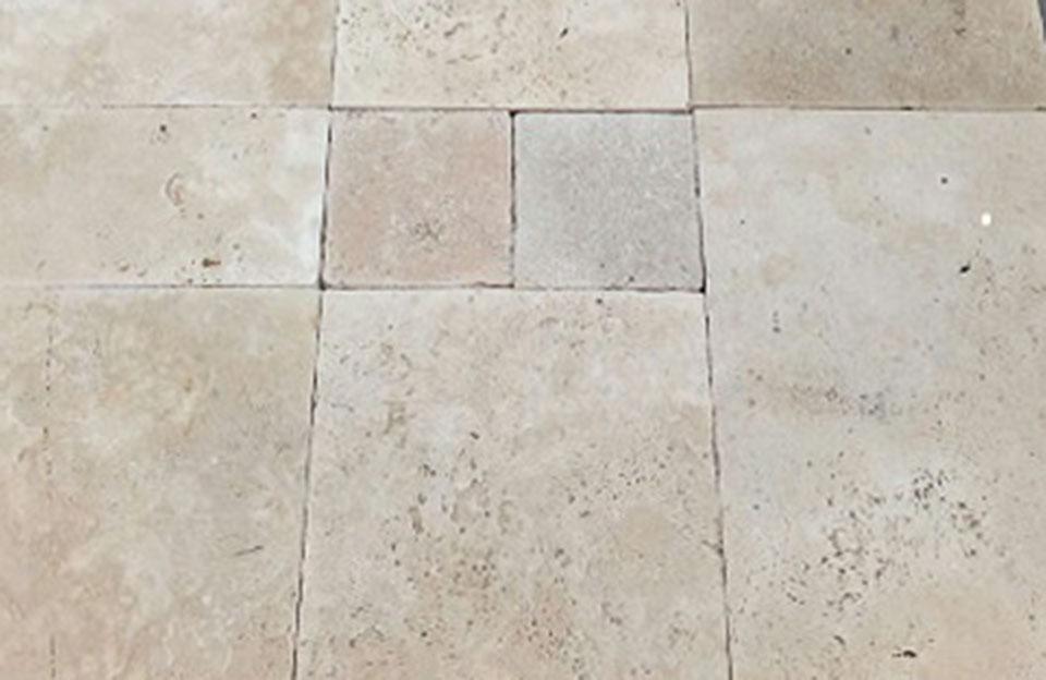 Türk. Travertin Light · Verarbeitung getrommelt, Verwendung als Bodenplatten, Verlegt im römischen Verband