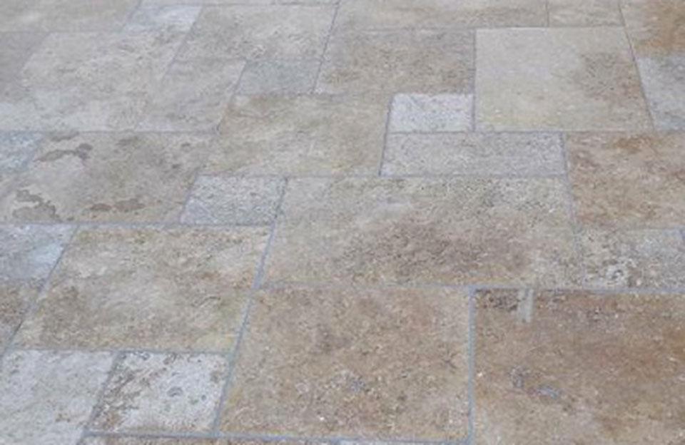 Türk. Travertin Premium · Verarbeitung getrommelt, Verwendung als Bodenplatten, Verlegt im römischen Verband